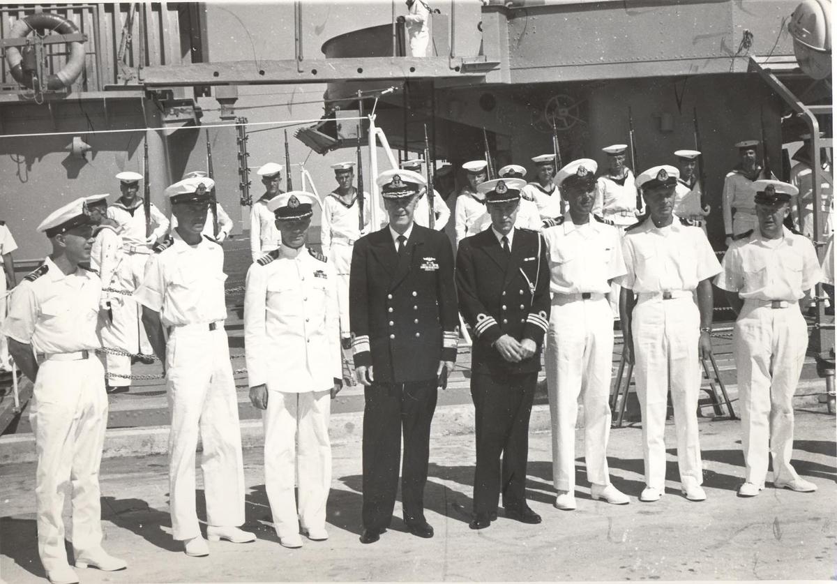 Enkeltbilde.C-kl jager, KNM Bergens tokt til Key West i 1962. admiralen med adjutant poserer sammen med fartøyets offiserer.