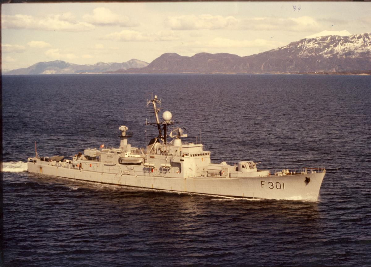 """Oslo-kl. fregatt KNM """"Bergen"""".  Bildet er tatt i Vågsfjord, høsten 1980. St.bord bredside."""