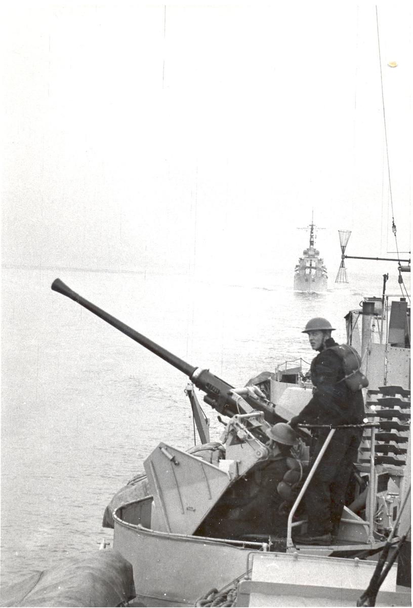 """Forsvarsminister Knutsens besøk i Horten 1954. Ombord i jageren """"Oslo"""". Jageren """"Stavanger"""" i bakgrunnen."""