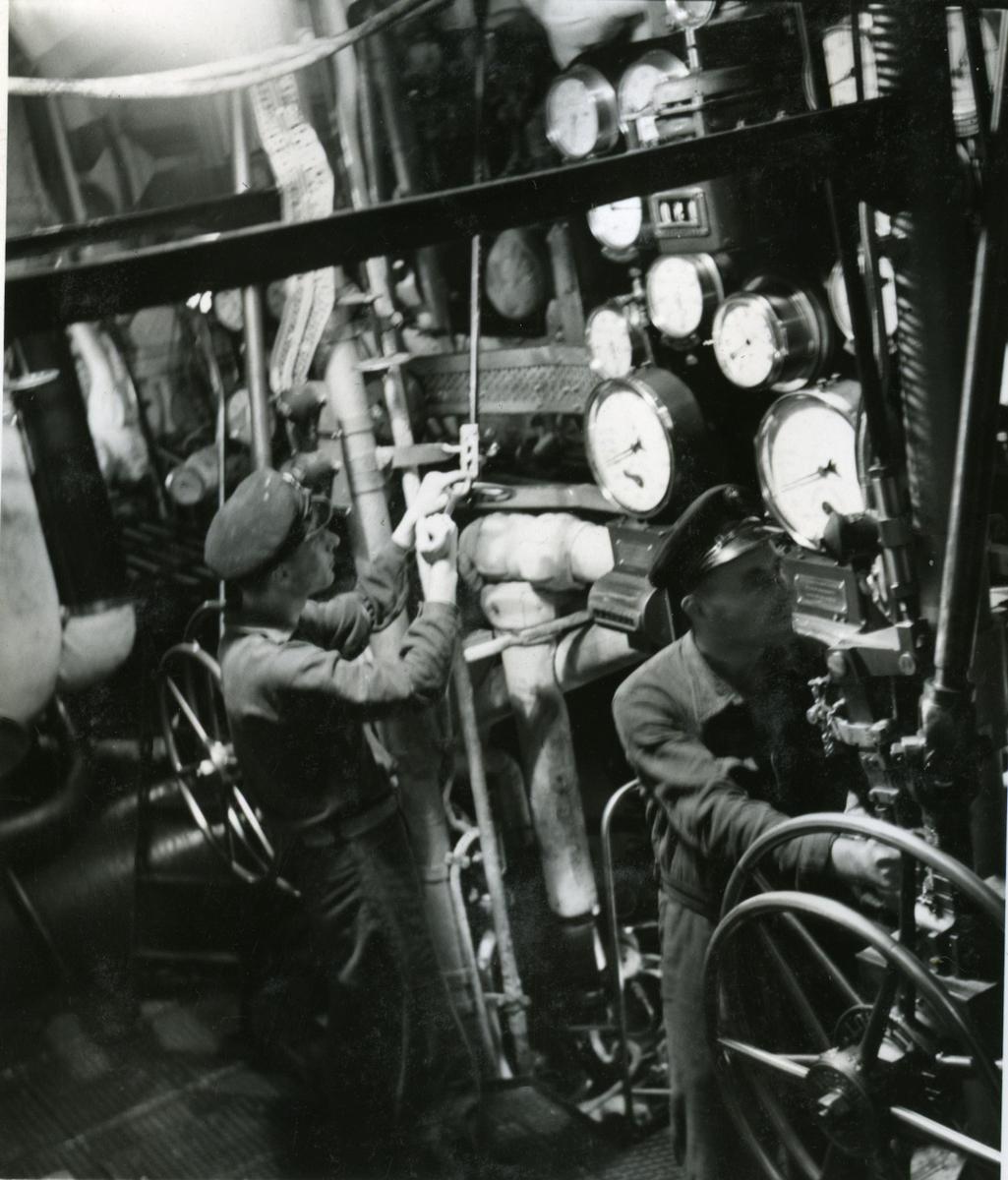 "Album Glaisdale H.Nor.M.S. ""Glaisdale"". Fotograf: Keystone press. Nede ved motorene."