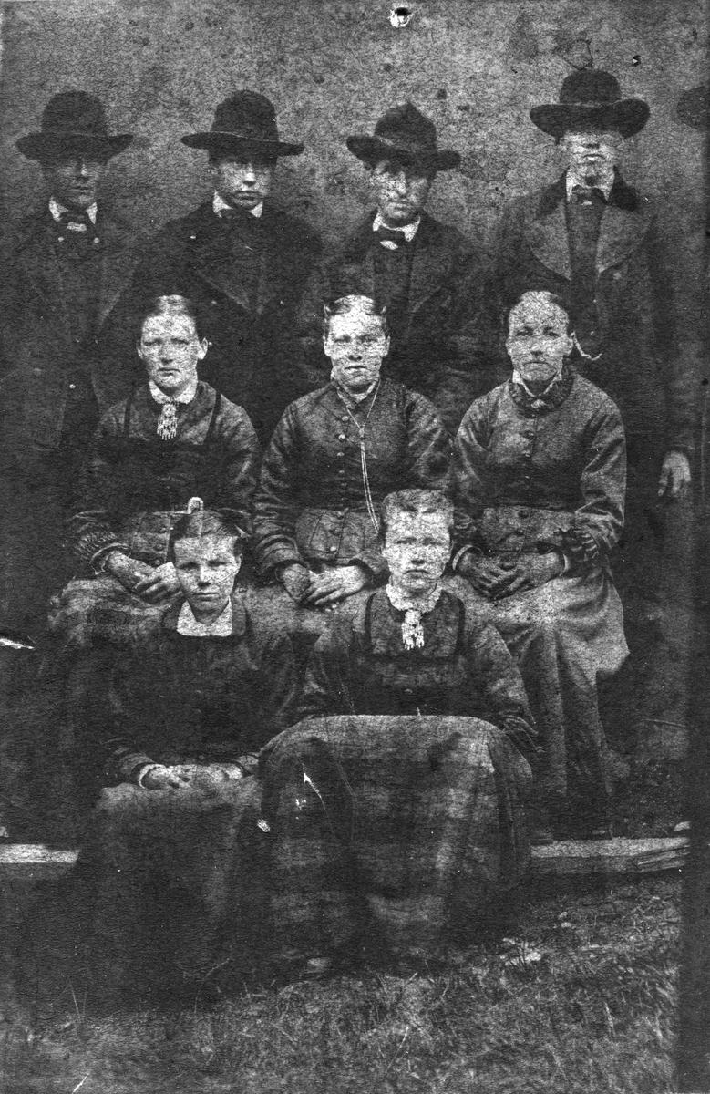 Gruppebilde av fire herrer og fem jenter.