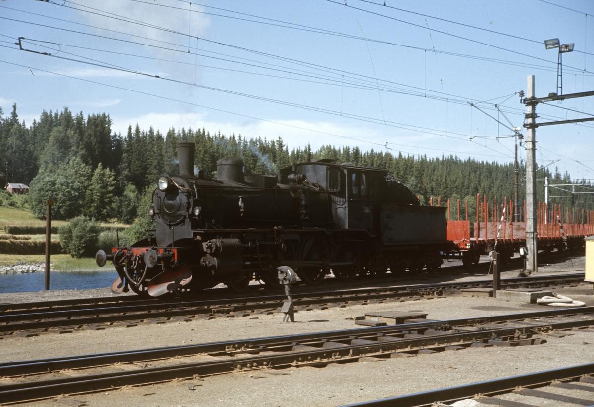 Skifting på Eina stasjon med damplok type 27a nr 296.