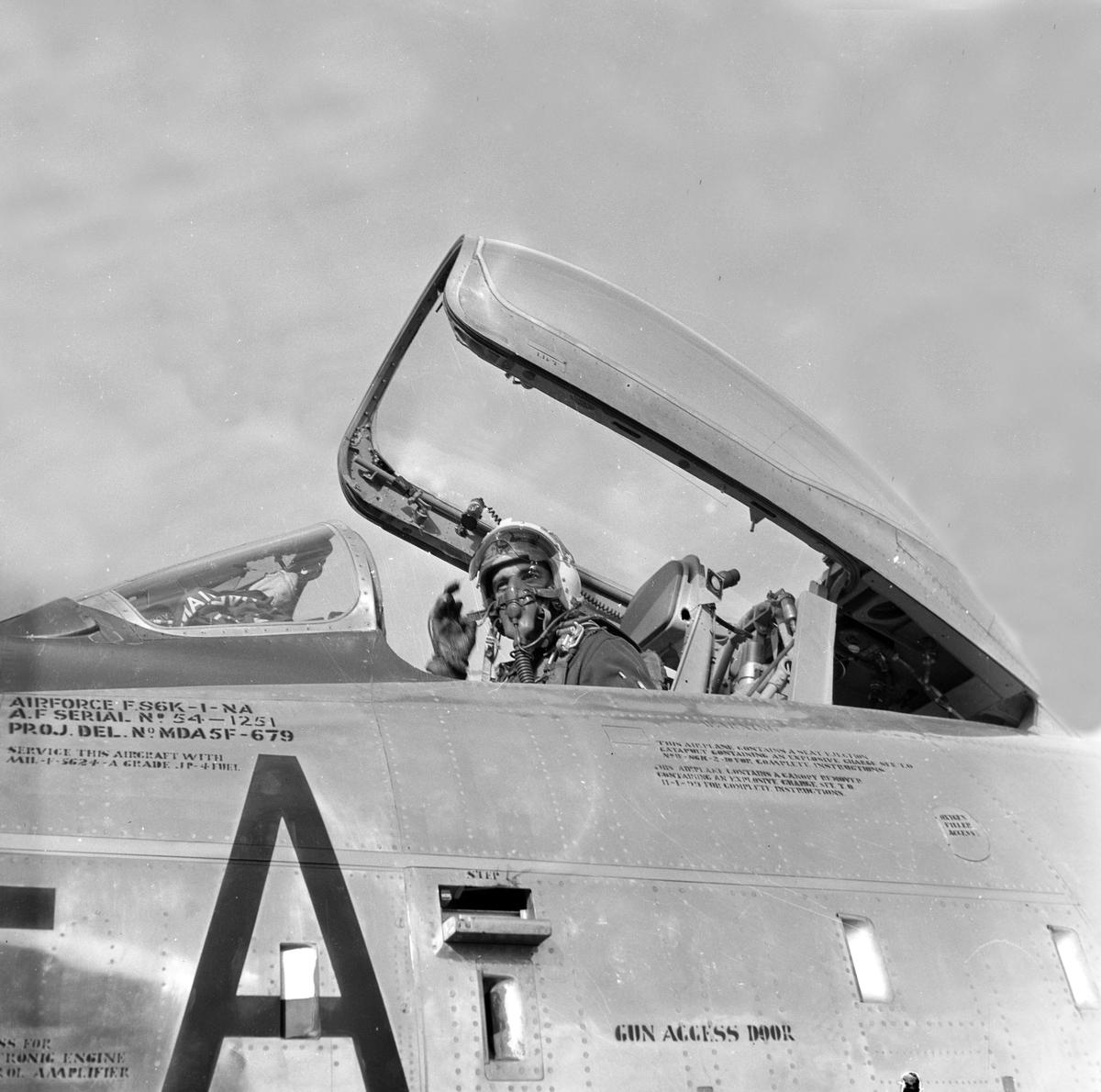 Serie. Mange uniformskledde personer er samlet i anledningen at et jagerfly skal bryte lydmuren. Jagerpiloten sitter i flyet. Fotografert 12. og 13. september 1955.