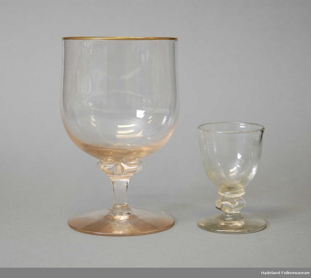 To ulike modeller. Vulsten er formet ulikt. A har misfarving (orange). a: Rødvin/øl b: Dram/Likør.