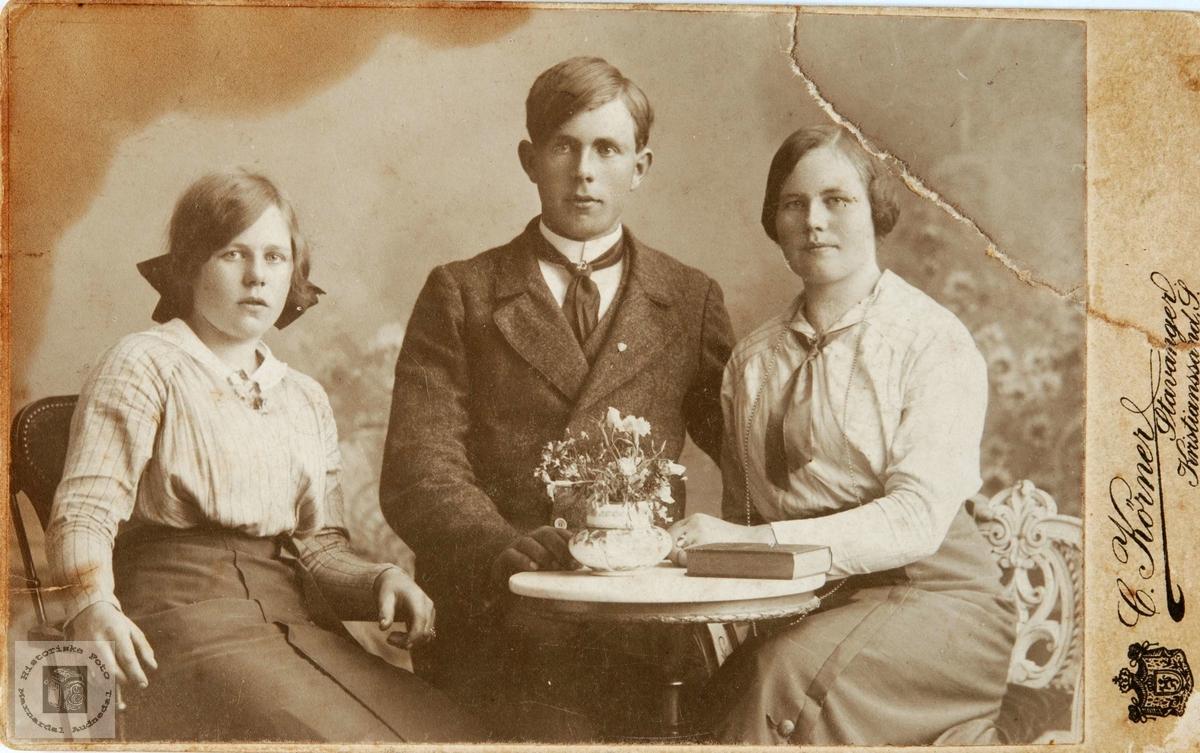 Portrett av søsknene Refsnes i Grindheim.