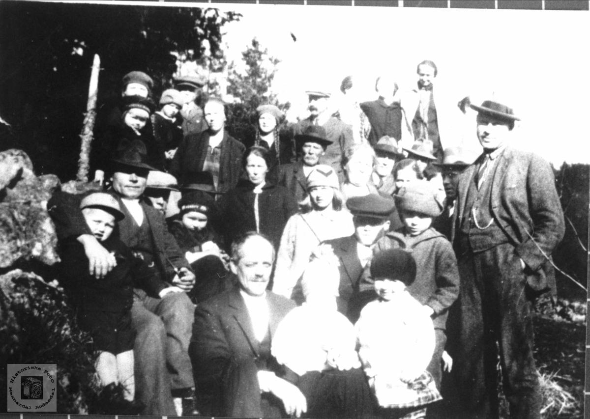 Breilid og Stedjan folk samla ein søndags ettermiddag, Bjelland.