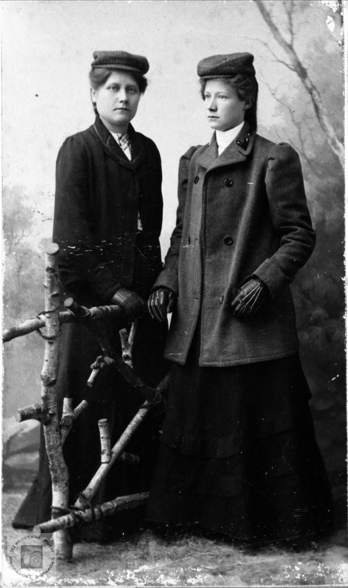 Portrett av 2 søstre frå Vollen, Trygsland, Bjelland.