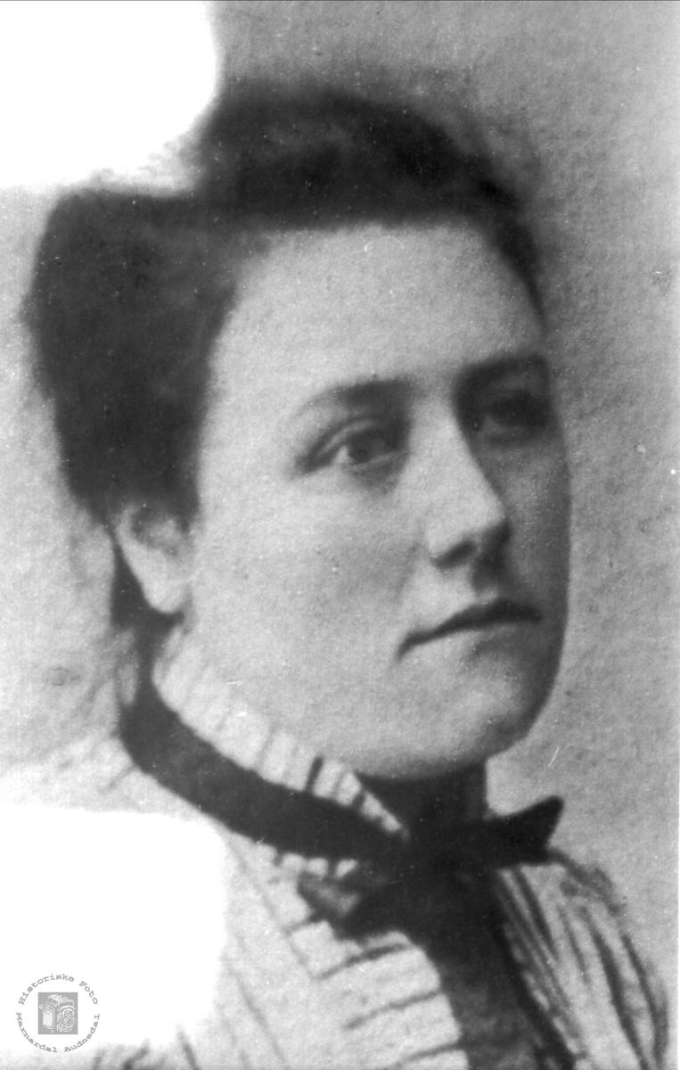 Portrett av Anna Røynesdal, Bjelland.