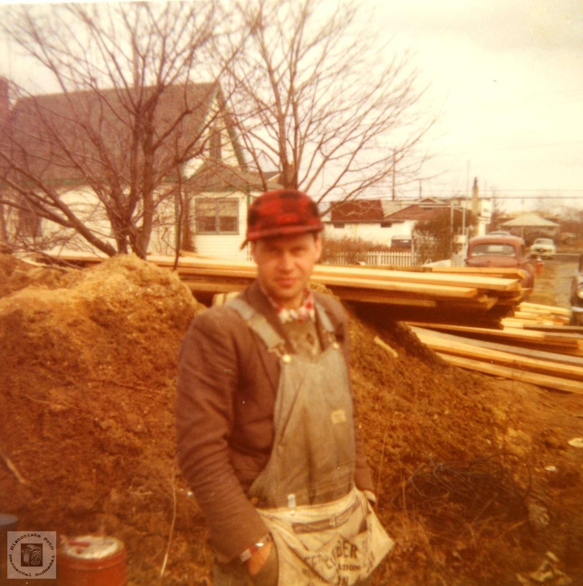 Bygningsarbeider Bjørn Breilid fra Bjelland på jobb i USA.