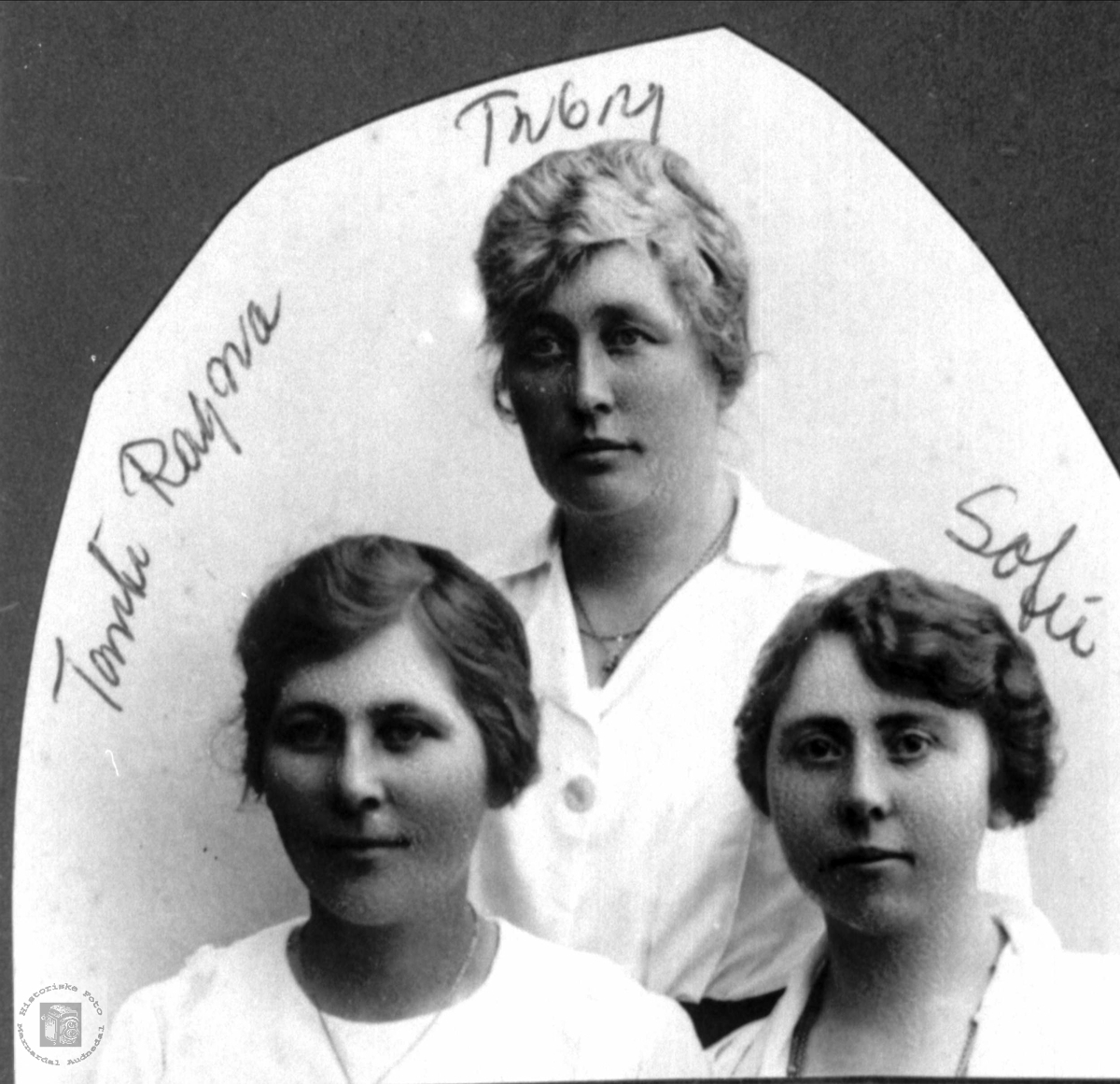 """Portrett av tre søstre fra """"Tupten"""" i Øygarden, Bjelland senere Audnedal."""