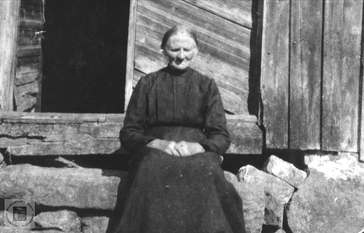 Portrett av Rakel Mjåland på trappa i gamlehuset, Laudal.