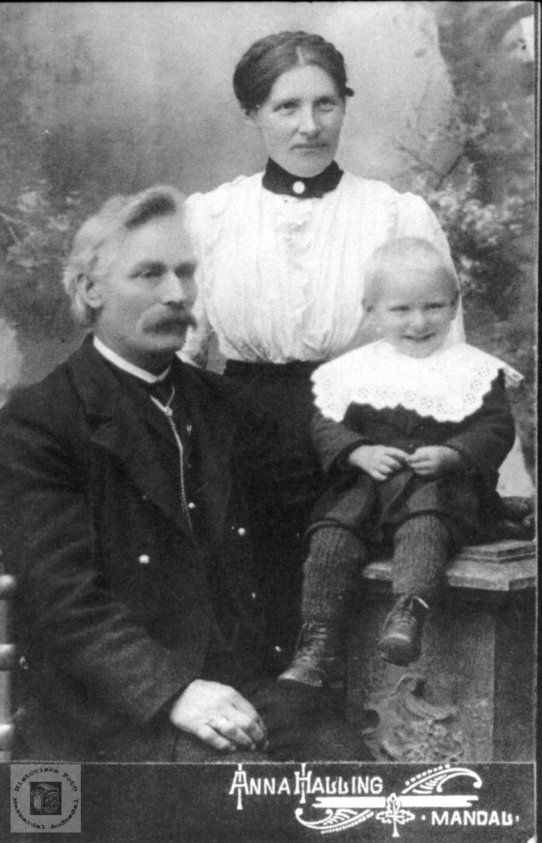 Portrett av Daniel, Anna Oline og Jørgen Laudal.