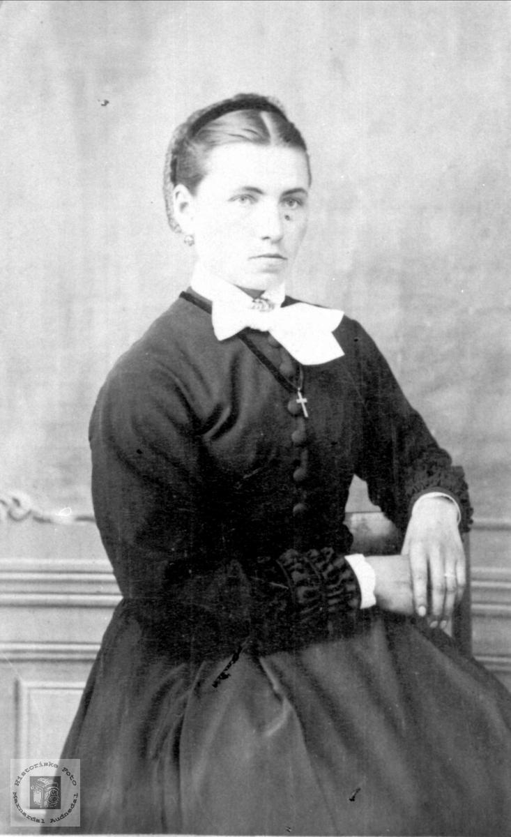 Portrett Tomine Hellvik gift Skjævesland, Øyslebø.
