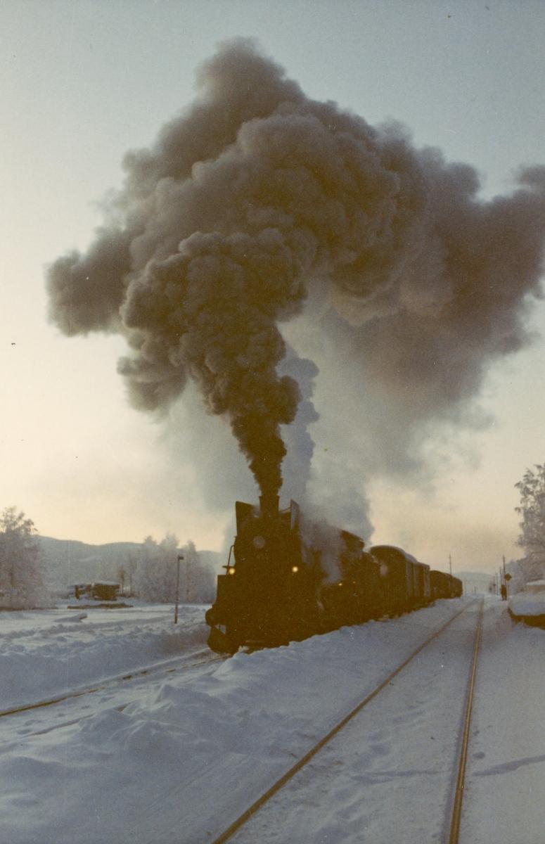 Godstog fra Kongsvinger til Elverum på Roverud stasjon, trukket av damplok 26c 433.