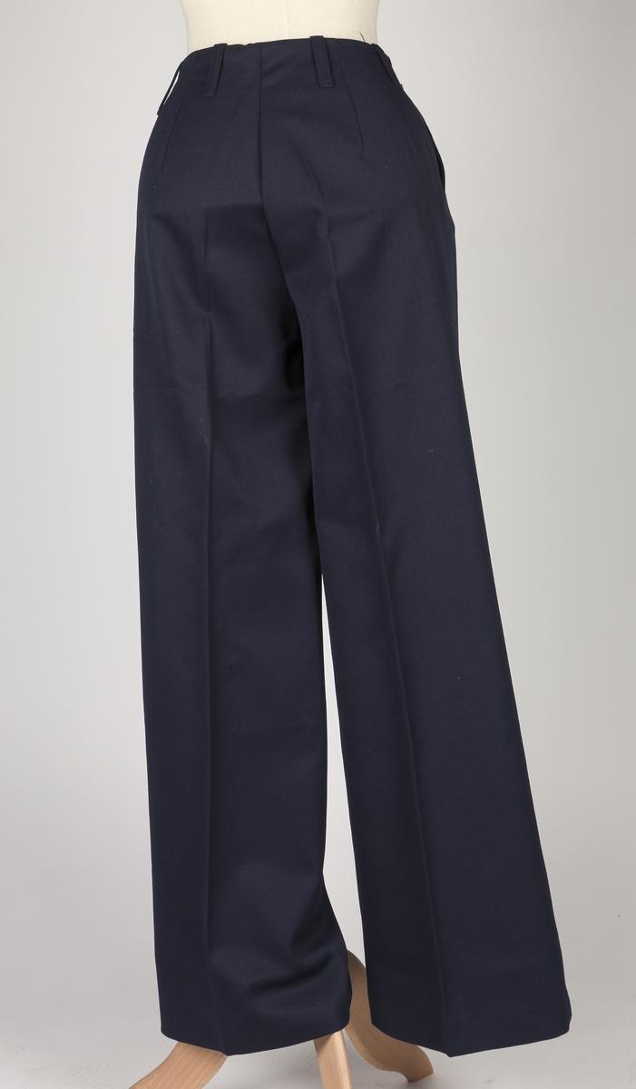 Bukse med sleng i bena. Beltebånd innvendig, stikklommer foran, beltestropper.