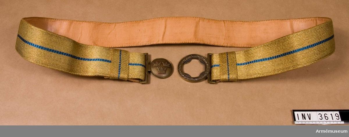 Armén allmänt. Användes av officer och underofficer till  uniform m/1939.  Tillverkat av guldtråd vävt i rips med en smal mellanblå rand i  mitten av silke. Tillverkat hos Holts gulddrageri, som får  skinnet från Kävlinge till foder av skärpet.  Spänne i bronsfärg med tre kronor. Spännet är tillverkat hos  Sporrongs.  På båda sidor om spännet hällor, hälften så breda som skärpets  bredd och tagna på tvären. Dessa tjäna att hålla skärpets ändar  mot avigsidan. Paradskärpet användes till uniform m/1939 och m/1952 för parad.