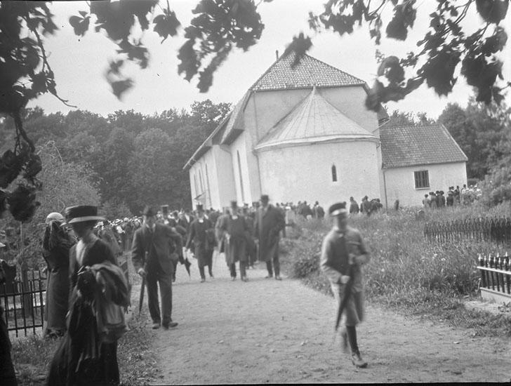 """Enligt text som medföljde bilden: """"Skee, kyrkan vid installationen""""."""