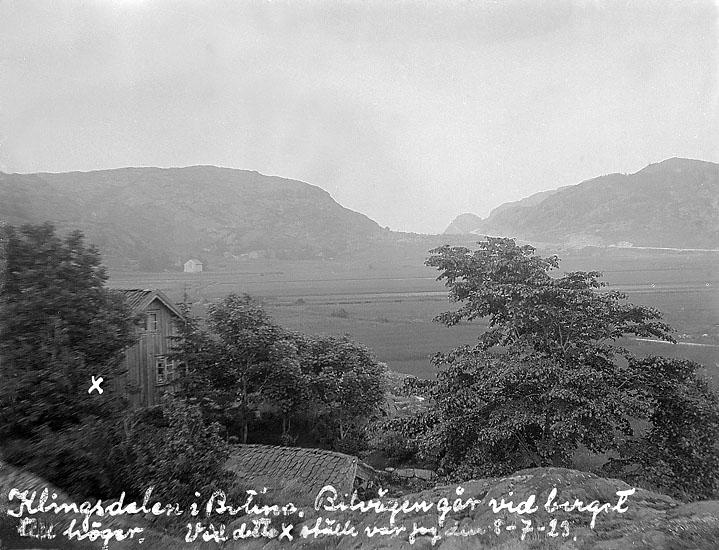 """Johans text på fotot: """"Klingsdalen i Bottna. Bilvägen går vid berget till höger. Vid detta x ställe var jag den 8-7.23."""""""