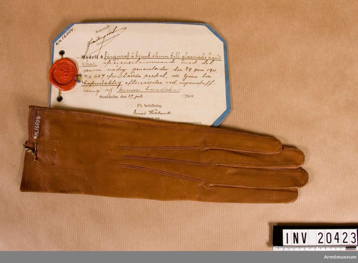 Grupp C I. Färgprov m/1911, brunt skinn,  H-handske, till glacerade handskar, att tjäna till huvudsaklig efterrättelse vid  anskaffning av bruna handskar. Färgprov m/1911, handskar, Hallands reg.