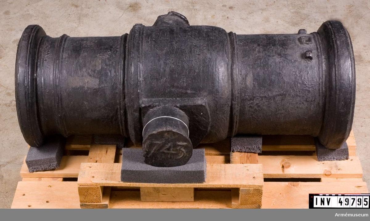 Grupp F I. Av 1741 års konstruktion. Enligt Kapten F A Spaks katalog 1888: Haubitsen är ett enkelt eldrör av järn med förtjockat  tappstycke. Druvan saknas, men märken efter en dylik finns; mått har endast kunnat tagas på bottensiraterna. BOTTENSTYCKET. Fängpannan 4-kantig med uppstående kanter, strax  framför kammarsiraterna. Fängpannelock saknas, men trasiga  fästen därför (eller möjligen rudimentära bildningar) finns.  Omkring fängpannan inristat: N:II: V. XVII.V. (Se bilaga) TAPPSTYCKET. Tappskivans form samt tappens placering på denna, vänstra tappen sedd från vänster, se bilaga. Den vänstra  tappkransen bär årtalet 1743. Den högra tappkransen är märkt  OEC. Allt i rundrelief. LÅNGA FÄLTET. Trumfen ringförstärkt.  Mått: Eldrörets längd är 110 cm.  Bottenstycket Bottenstyckets största diameter 35,5 cm, Bottenstyckets minsta diameter 35 cm, Kammarsiraternas bredd 9,5 cm  Tappstycket Tappstyckets största diameter 42 cm, Tappstyckets minsta diameter 42 cm, B. frisläge 36 cm, B. frisbredd 2,5 cm, Tappskons läge 45,5 cm, Tappläge I 52,5 cm, Tapplängd 12 cm, Tappdiameter 15 cm, Tappkr. diameter 17,5-18 cm  Långa fältet Långa fältets största diameter 34,5-35 cm, Långa fältets minsta diameter 34-34,5 cm, Fr. frisläge 67,5 cm, Fr. frisbredd 9 cm, Halsbandsläge 94,5 cm, Halsbandsbredd 3 cm, Trumfens största diameter 43,5 cm