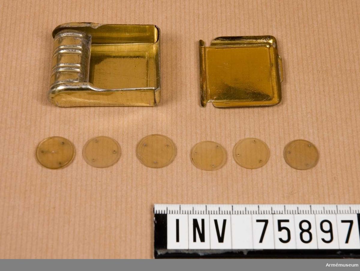 Grupp G IV.  6 st genomskinliga skivor, 15 mm i diameter, 3 stift i varje. Med tillhörande ask av bleckplåt.