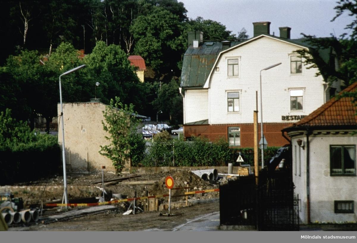 Restaurang Godhem (Kvarnbygatan 13) och Papyrus portvaktsstuga i Mölndal, 1970-tal. Portvaktsstugan låg mittemot biografen Röda Kvarn (Kvarnbygatan 1).