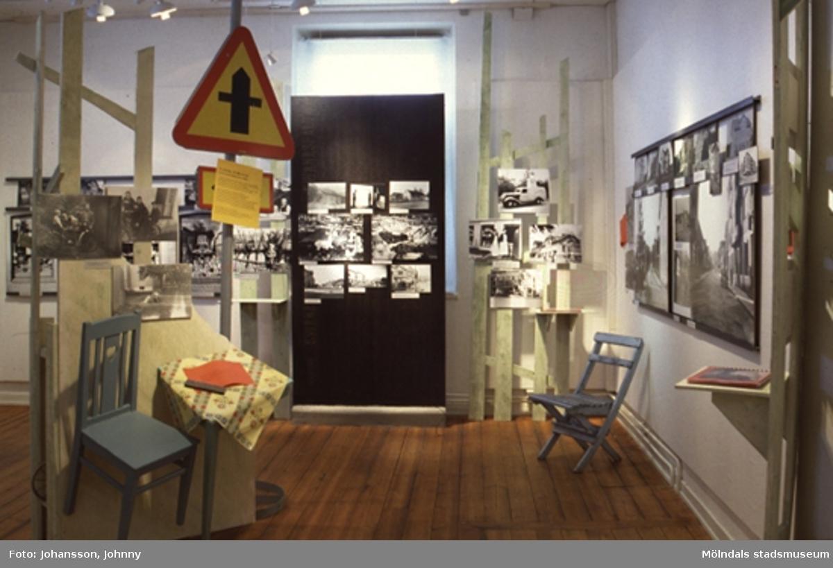 """Bild från utställningen Mölndalsbro - minnen, förändring, framtid.En fotoutställning med bilder från 1920-talet fram till visionerna inför 2000-talet. Mölndals centrum har flyttats från Gamla torget till Nya torget och så småningom hamnat vid Brogatan. Förändringen hänger ihop med stadens expansion men också med att """"den nya tiden"""" skulle fram. Det visades bilder av hur det såg ut innan bron och motorvägen byggdes. Utställningen Mölndalsbro på Mölndals museum pågick mellan 17 mars - 3 nov. 1996."""