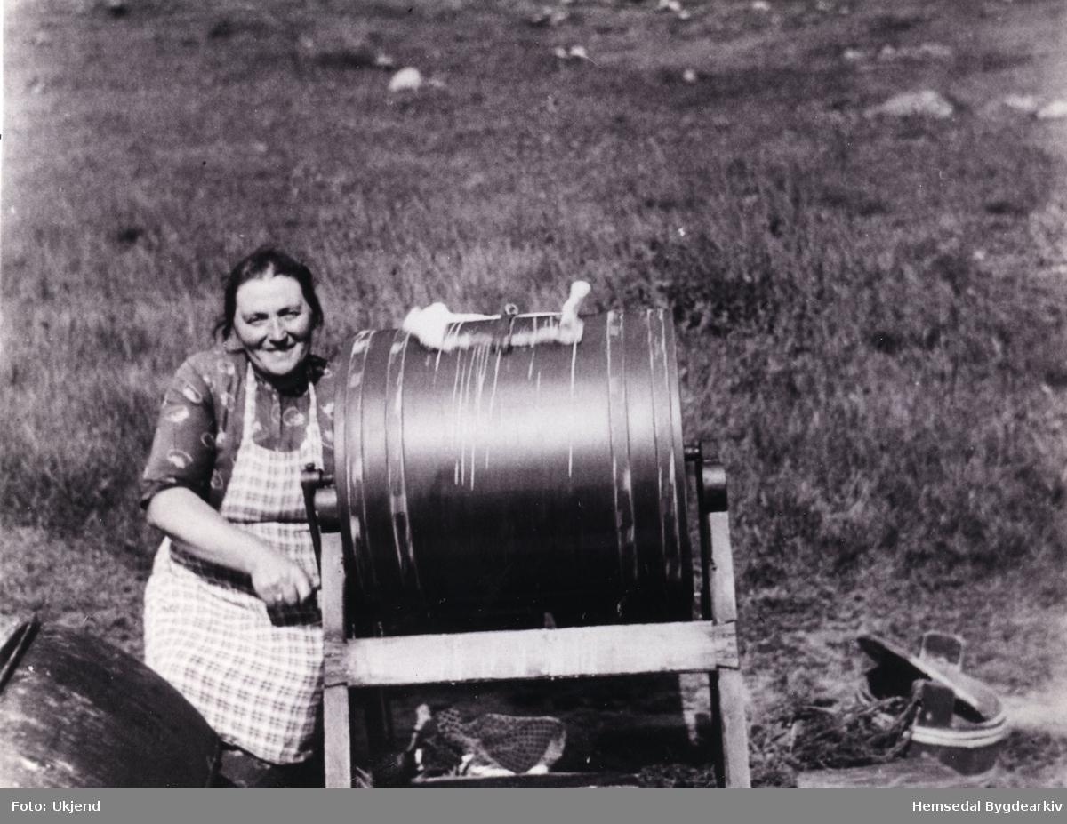Margit Finset med kinna. Margit støla i Hydalen i 50 år. Storeteina her måtte no sveiva i over ein time for å få smør. Biletet er teke sumaren 1965.