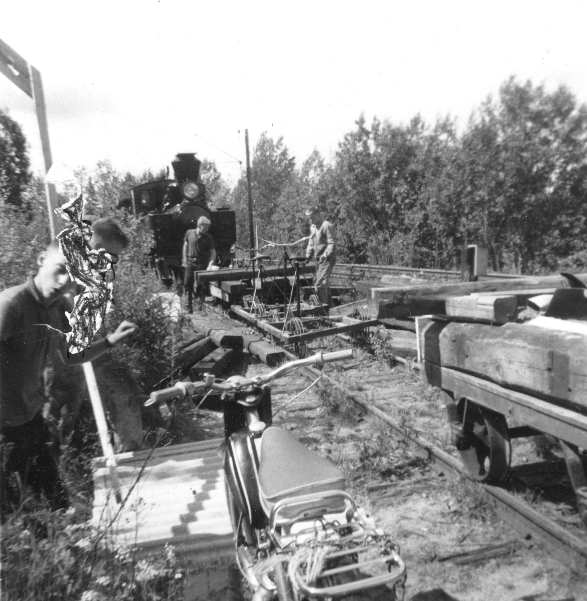 Aktive medlemmer i Urskog-Hølandsbanen i arbeid på Bingsfoss stasjon.