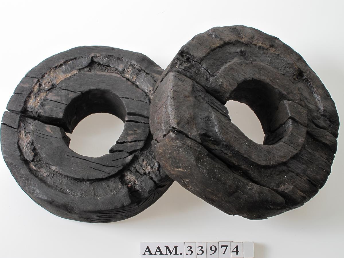Lavetthjul, to stykker, begge dreid av ett stykke tre. Konservert etter utgravingen.