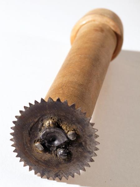 Reifesag til dreierbenk. Sirkelsag,   stål,  på skaft av dreiet   bjerk, for anbringelse i dreierbenk.   Sagen ble brukt til a lage utsparing til innvendig beslag i blokker.