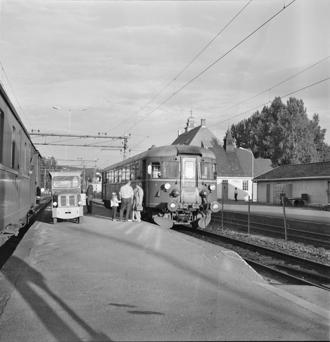Kveldstoget til Numedalsbanen, tog 2193,  på Kongsberg stasjon. Til venstre tog 503 til Skien.