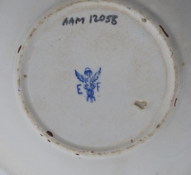 Skål fra kaffeservise, mønster Willow Pattern,  1880 årene,  Egersund Fayencefabrik. Stemplet. (type 1880-88). Stentøy, hvitt med blå påtrykt dekor, dels gullkant,   AAM.1205l-53. Asjetter, 3 stk.   AAM.12054-58 3 kopper med 5 skåler.  AAM.12059. Fløtemugge.