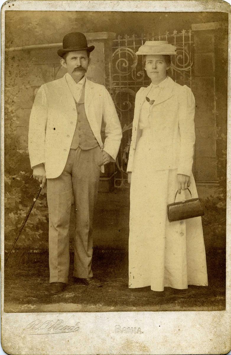 Portrett - Herre med bart og hatt og dame med hatt - Draktskikk.