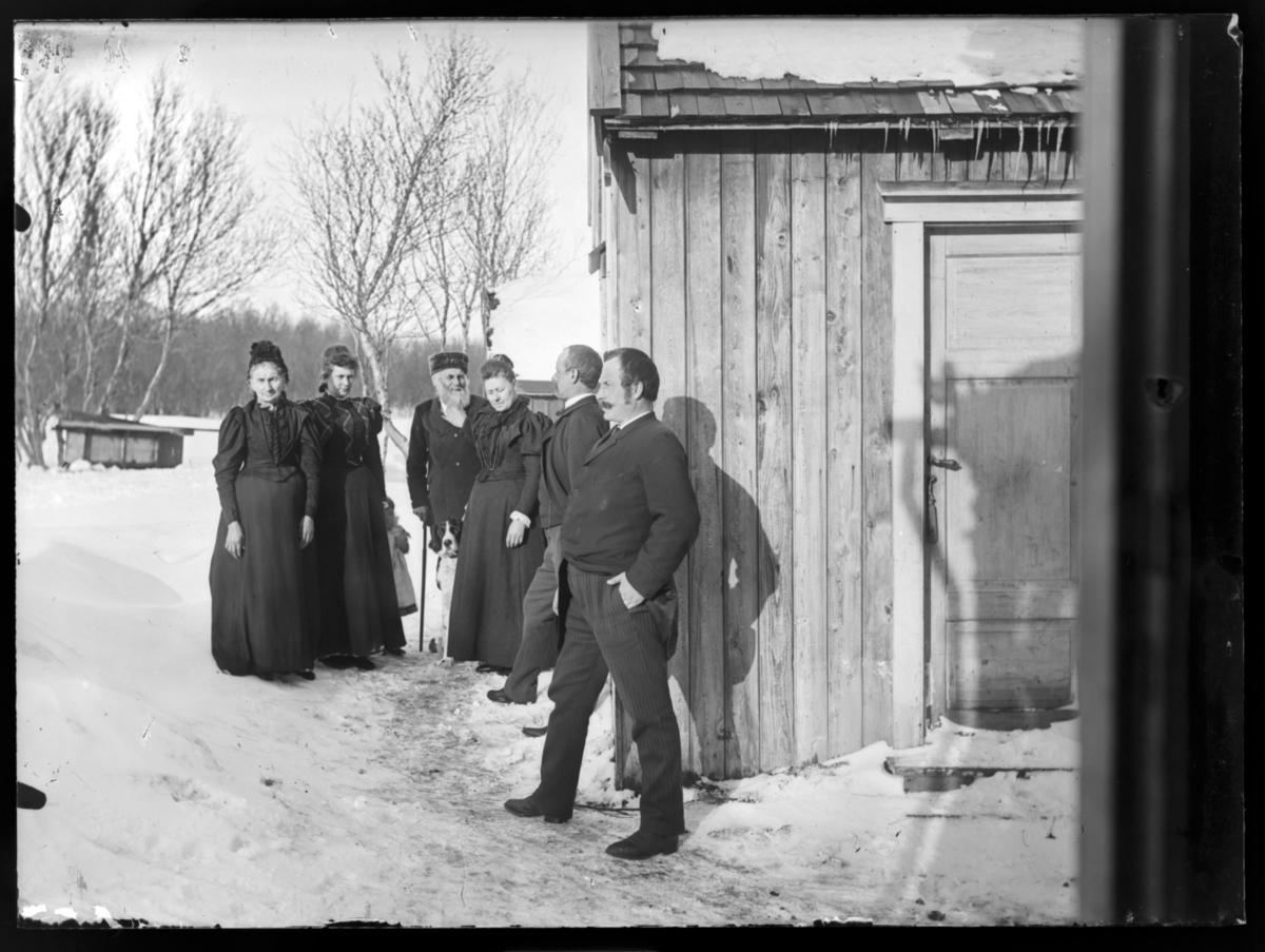 Gruppebilde utenfor Birkelund i Tana