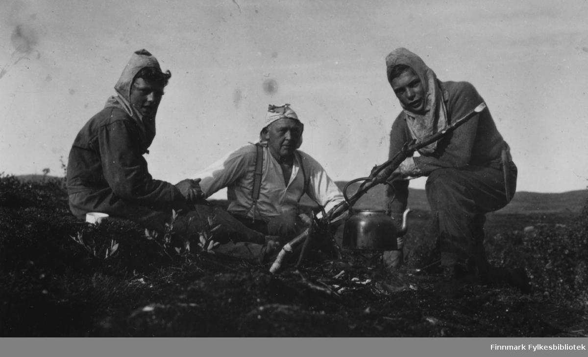 Multebærtur på Færdesmyra 1938. Fra venstre Ottar Sivertsen, overrettssakfører Valen og Sivert Sivertsen som passet kaffebålet
