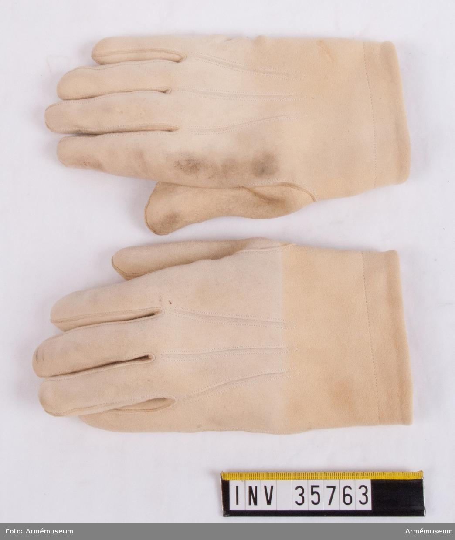 Grupp C I. Ur uniform för manskap vid Skånska dragonregementet, 1925-49. Består av jacka, byxor, skärp, kask, fodermössa, spännhalsduk, handskar, stövlar, sporrar, kartusch med rem, sabelkoppel, sabelhandrem, sabeltaska. Handskarna är ett köp.