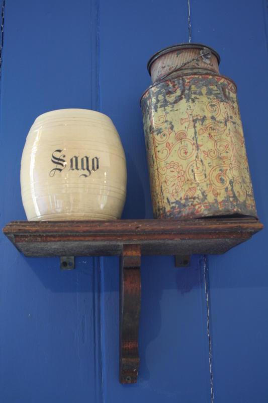 Hylle med stentøykrukke til sagogryn og blikkspann