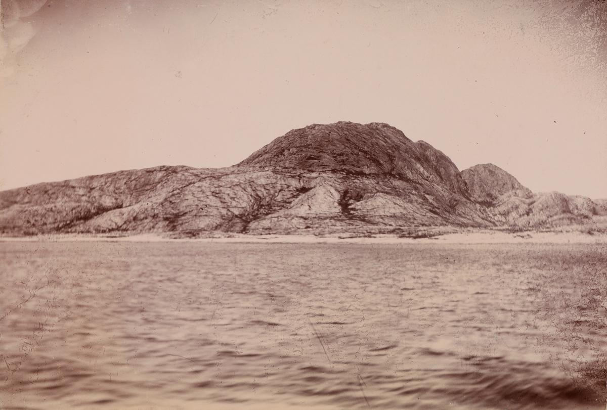Fjord og fjell sett fra båten.