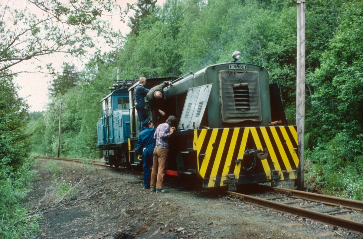 Ekstratog Thamshavn - Løkken med diesellokomotiv Salvesen & Thams nr. 10 (Ruston) har fått motorproblemer i stigningen fra Svorkmo til Løkken.