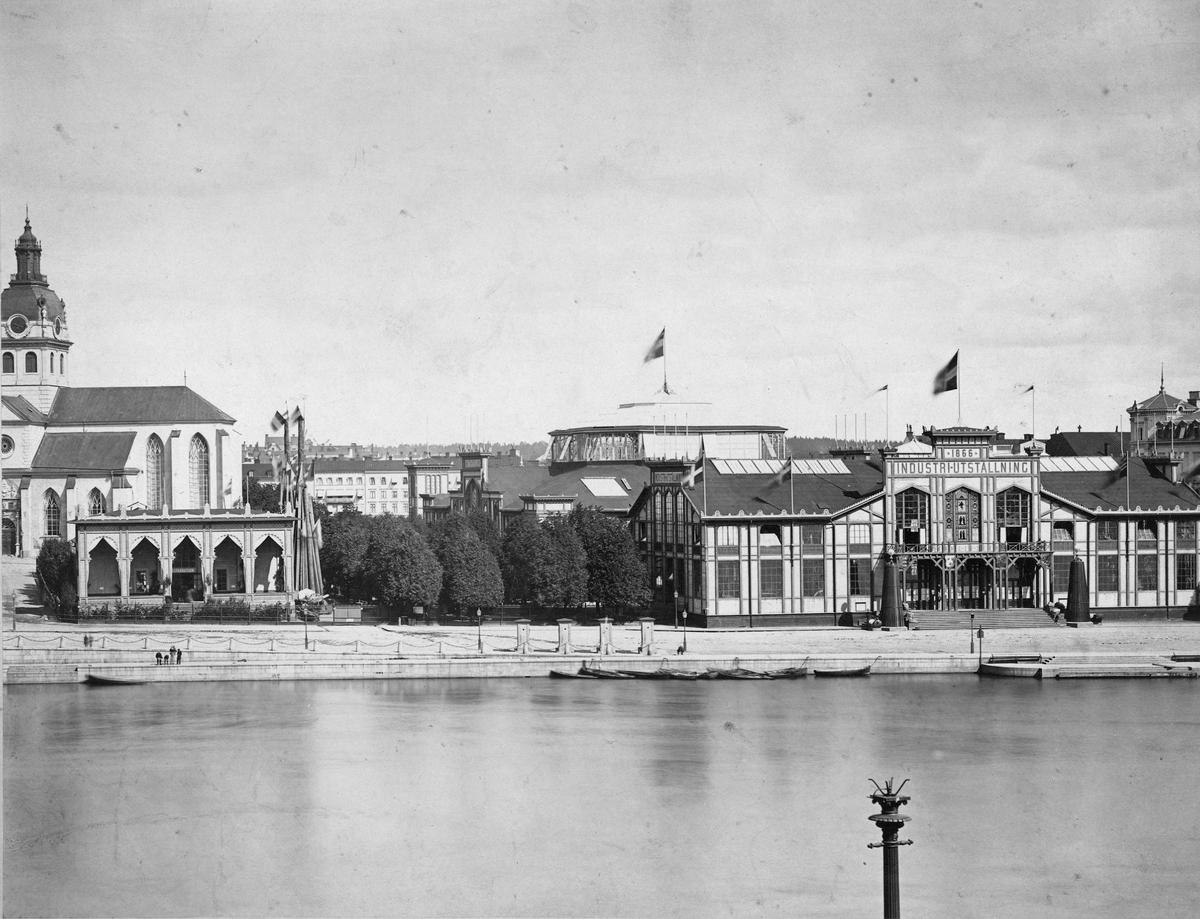 Vy över Industripalatset i Kungsträdgården, vid Karl XIIs torg. Under Industriutställningen 1866. Stockholmsutställningen 1866 var Sveriges första internationella utställning, den första i en serie nordiska utställningar.