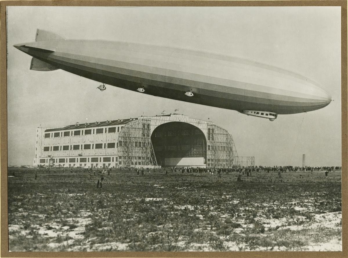 Fotografi ur en serie bilder från tillverkningen av luftskeppet LZ 126. Luftskeppet landar i Lakehurst, USA den 15 oktober 1924.