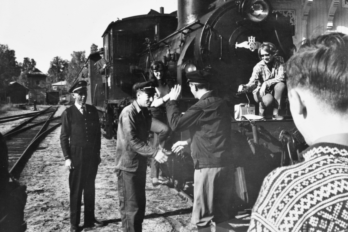 A/L Hølandsbanens veterantog på Krøderen stasjon. Andelslagets formann Preben T. Hysing hilser lokomotivpersonalet på damplokomotiv 18c 245.
