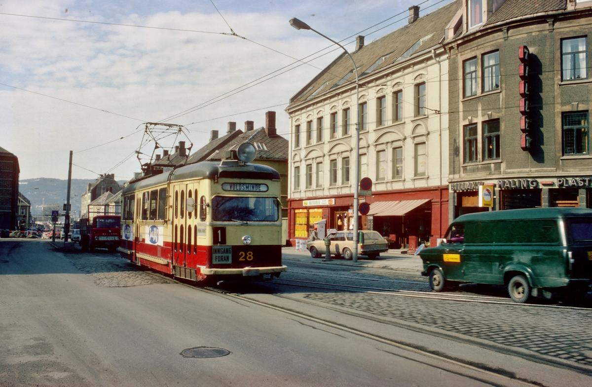 Sporvogn i Innherredsveien. Vogn 28 på vei mot Voldsminde.