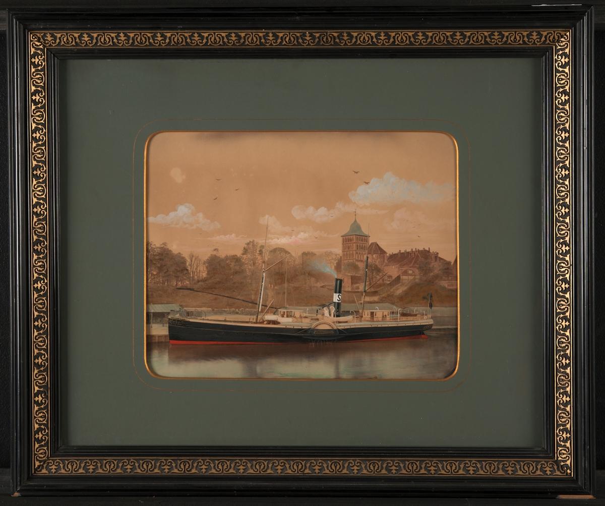 Fotografi, färglagt, under glas. Hjulångaren Gauthiod liggande vid kaj. Fartyget  har två master, svart  skorsten med vitt band och svart S. Skrovet  svart med röd botten, överbyggnad och bastinering vitmålade. Svart ram med ornament i guld.