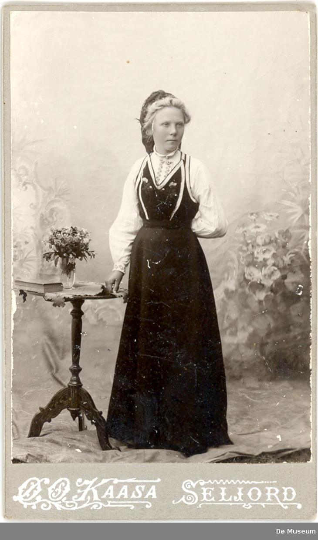 Kvinne i seljorddrakt i atelier; Ragna K. Innleggen.