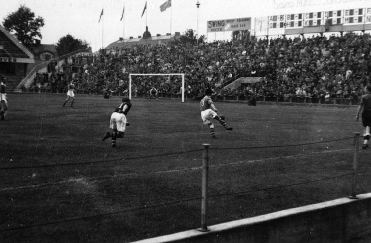 Situationsbilder  från fotbollsmatch mellan Sverige-Danmark på Råsunda fotbollsstadion.