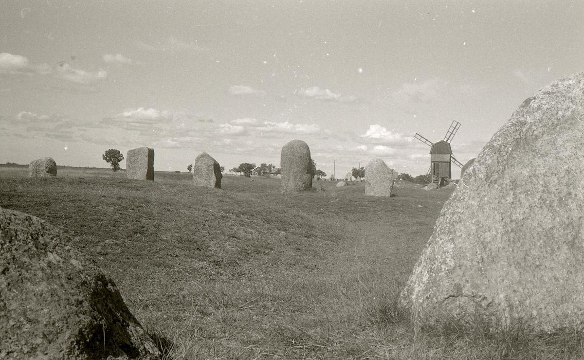 """Gettlinge gravfält är en fornlämning i Södra Möckleby socken på södra Öland. Gravfältet är ett av de största på Öland, med en längd av nästan två kilometer. Det är beläget längs öns västra väg mellan byarna Gårdstorp, Gettlinge och Klinta.  Gravfältet beskrevs av historikern Johannes Haquini Rhezelius i hans """"Monumenta runica"""", från 1634. Han ritade av skeppssättningen i sin resedagbok. Carl von Linné undersökte en grav 1741. Landskapsskildraren Abraham Ahlqvist skrev om platsen 1825. Han intresserade sig särskilt för de båda drygt tre meter höga stenarna i Klinta.  Raden med förhistoriska kulturlämningar börjar norr om Gettinge by. Många har blivit förstörda genom stenbrott eller av skattsökare. På gravfältet fanns omkring 250 gravar. Idag återstår mer än 200. De flesta är stensättningar från yngre bronsålder och järnålder. I kvadratiska eller runda stensättningar har man funnit stenkistor med obrända skelett. Fältets norra del är mest varierande. De stora kalkstenshällarna där har rests för att märka ut platsens betydelse. På en imponerande, 30 meter lång skeppssättning, som består av 23 resta granitblock intill varann, finns ett tjugotal skålgropar. Skålgropar är ett ständigt återkommande motiv på stenar från bronsåldern.  Omkring år 1900 undersöktes 15 gravar i Gettlinge. Det var enbart mansgravar, några innehöll vapen men de flesta var plundrade. Den bäst bevarade graven bestod av tio kalkstenshällar och ett dubbelt lager täckstenar. Den döde hade lagts i graven tillsammans med sin hund, två spjut, en sköld och sporrar. Denna gravform är från första århundradet efter Kristus. Gravfältet utnyttjade under 2000 år från 1000 före Kristus till 1050 efter Kristus.  På öns västsida finns flera gravfält. Det största, med omkring 300 gravar, ligger i Ås vid Ottenby. Ett annat stort fält finns vid Mysinge."""