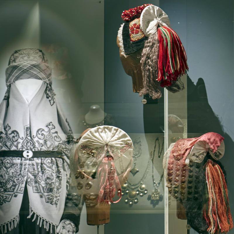 Hodeplagg i utstillingen Folkedrakt