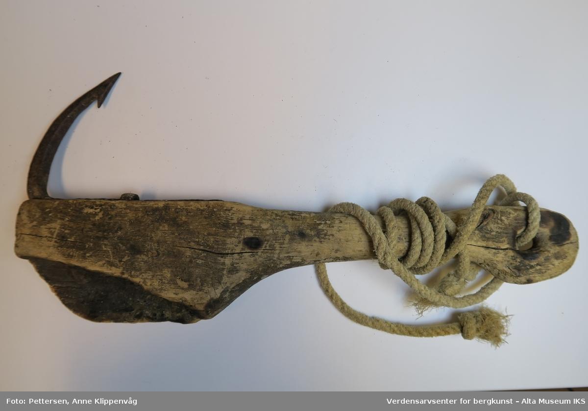 Jernkrok i trehåndtak med tau festet til. Treklubbe med krok i enden til å huke/kleppe fisk med. Kleppen har flere avsetninger av fiskeskjell på overflaten, trolig fra bruk i kveitefangst. Et større område av den ene siden av treklubben mangler og viser spor av å ha blitt brent av. Det er også brennmerker på samme side ved hullfestet i kleppen.